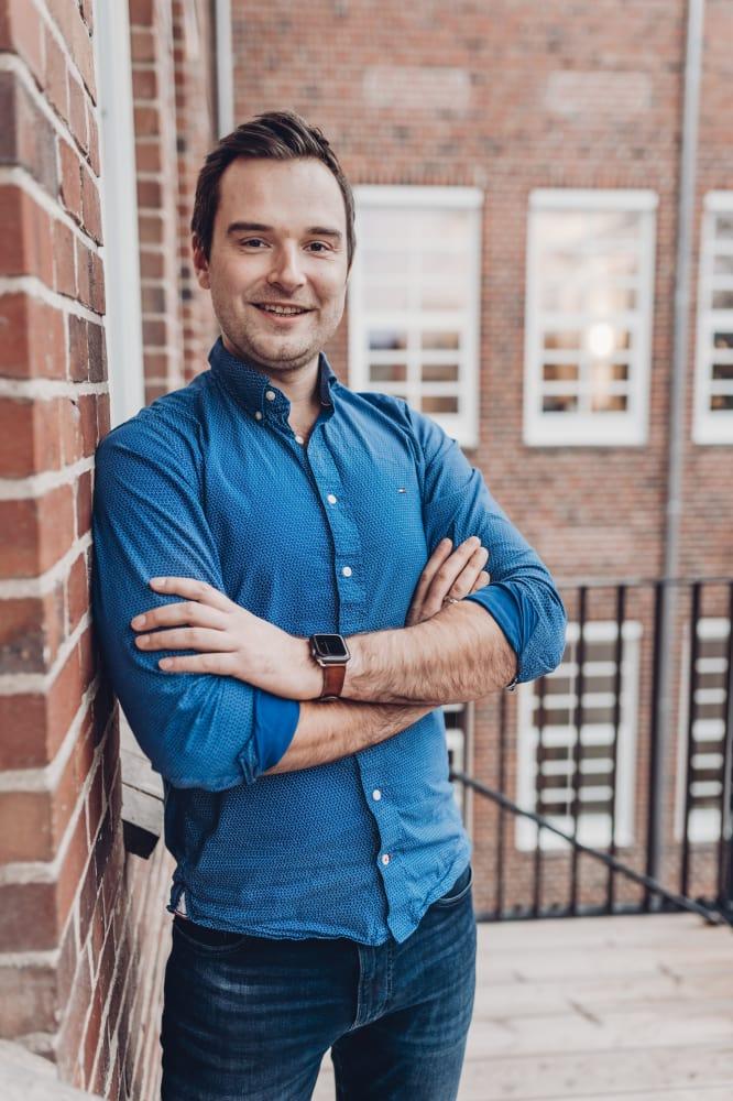 Portraitaufnahme vom Geschäftsführer Bastian Tobien